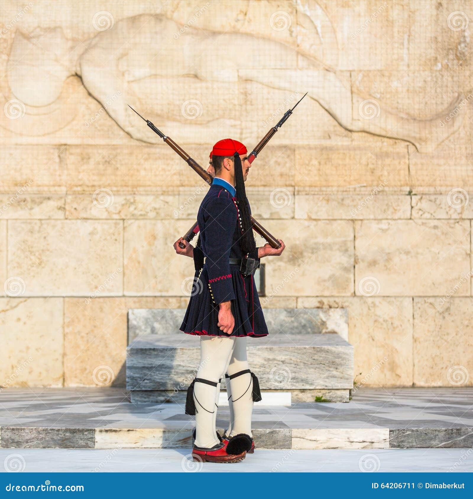 Evzone que guardaba la tumba del soldado desconocido en Atenas se vistió en uniforme de servicio