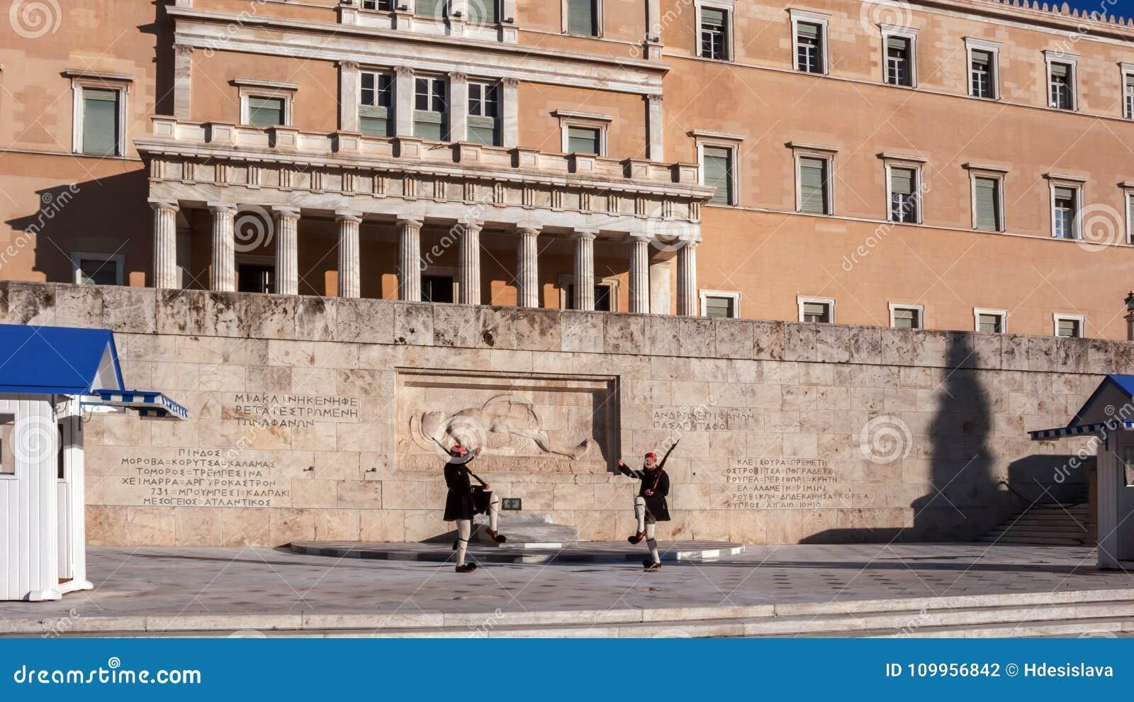 Evzones - guardie presidenziali di ceremonial nella tomba del soldato sconosciuto al Parlamento greco
