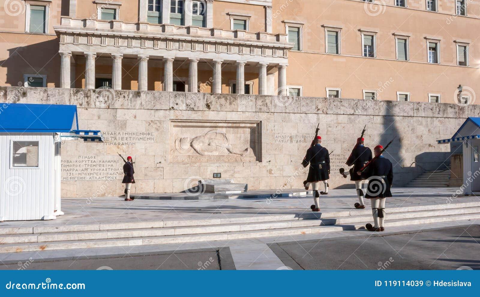 Evzones - protetores presidenciais do ceremonial no túmulo do soldado desconhecido no parlamento grego