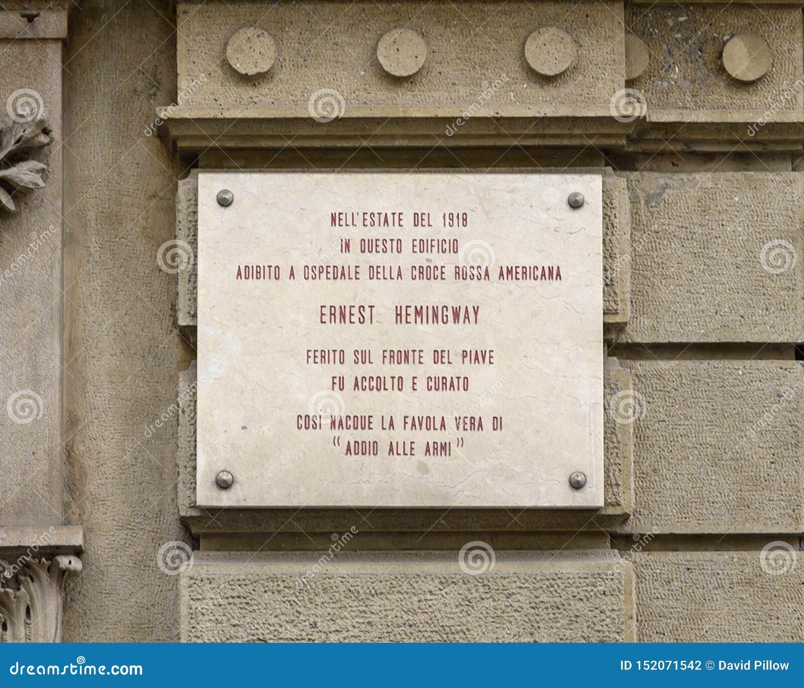 Ewidencyjna plakieta dla budynku używać jako szpital Amerykański czerwony krzyż dokąd Ernest Hemingway taktował dla wojennych ran