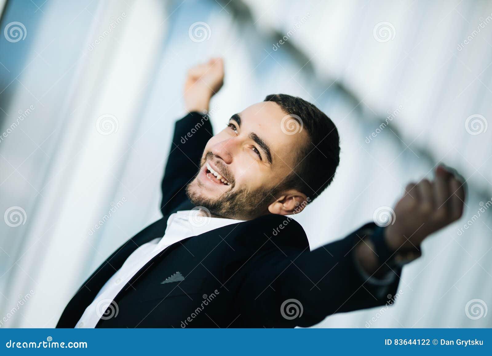 Exécutif d homme d affaires soulevant des poings dans l excitation dans le bureau