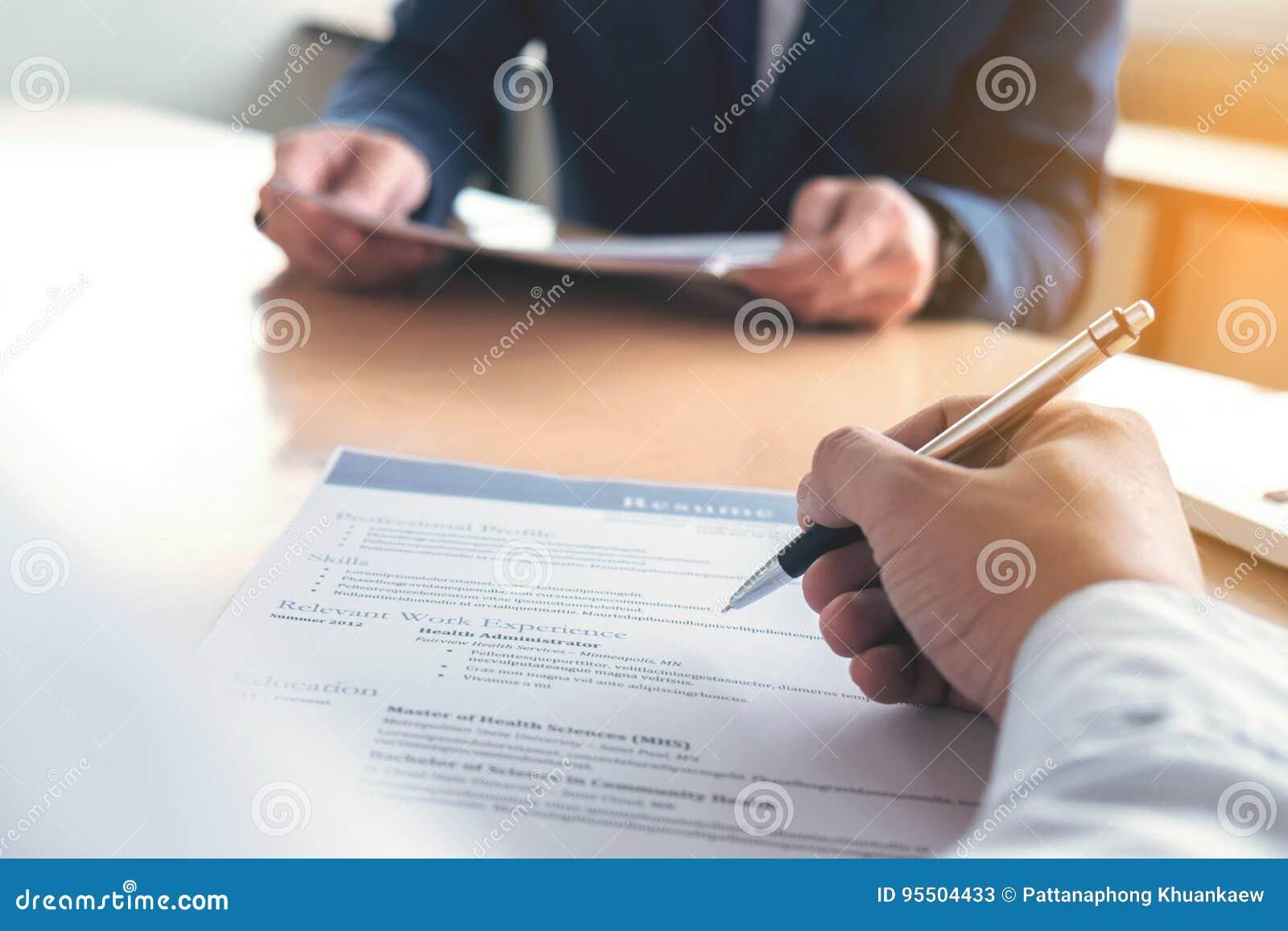 Exécutif lisant un résumé pendant une entrevue d emploi et un businessma
