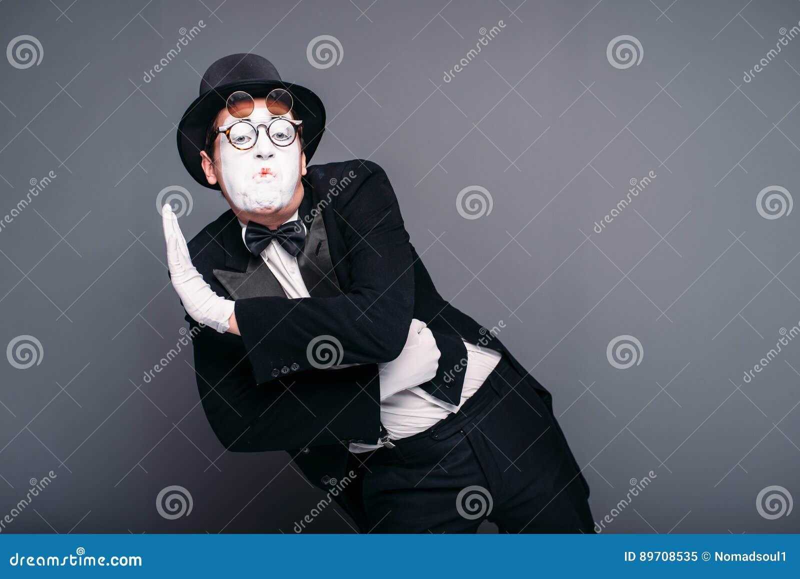 Exécution masculine d amusement d acteur de pantomime