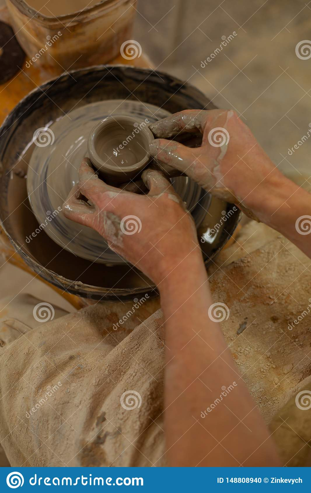 Exakt begåvad man med stark våt lera för handstöpning