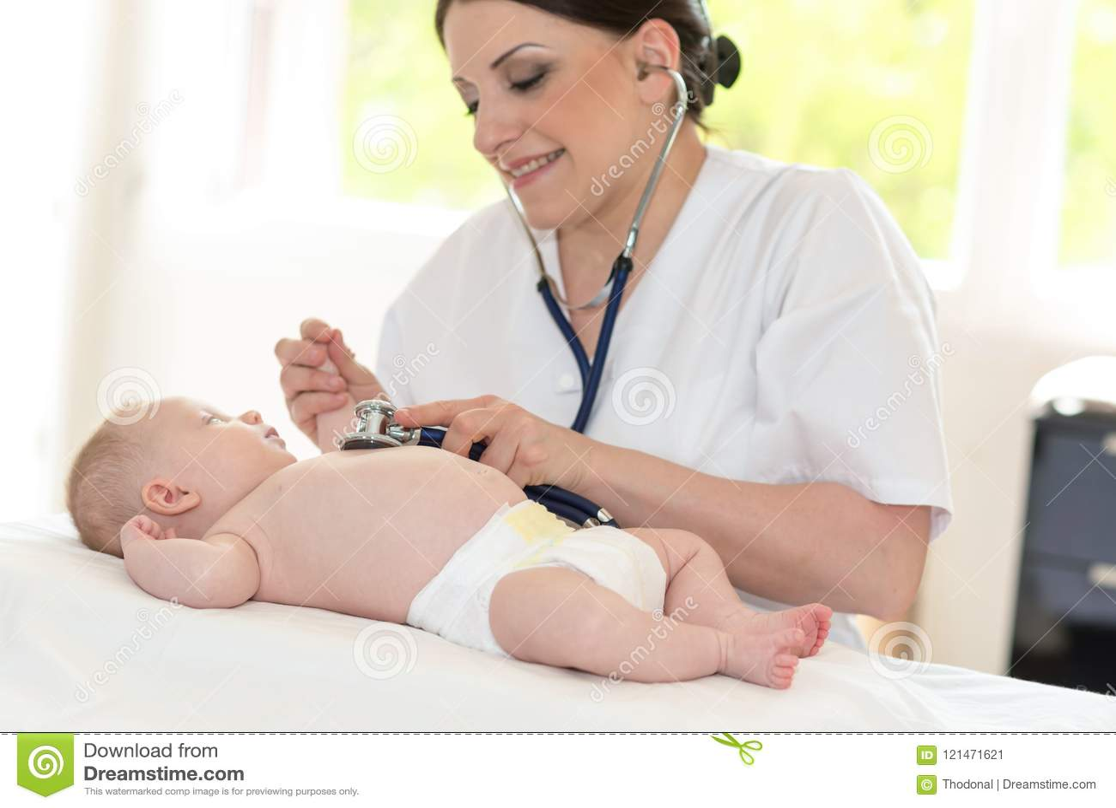 Examen de bébé avec le stéthoscope