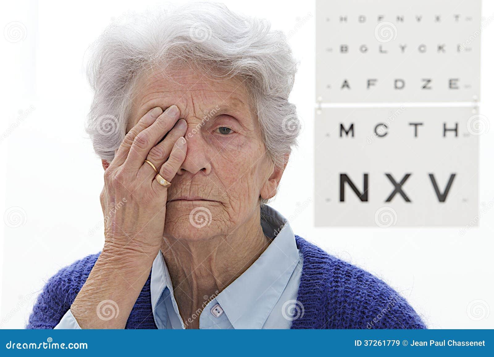 Examen de ojos mayor de la señora