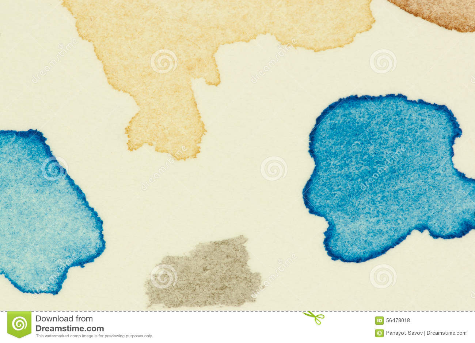 Examinez les taches vibrantes de peinture d aquarelle sur la feuille épaisse de papier d aquarelle, êtes parti comme groupe de pe