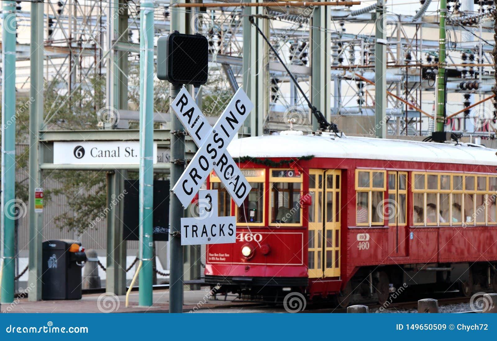 Excavado en el ferrocarril que cruza como tranv?a pasajero, New Orleans, Luisiana