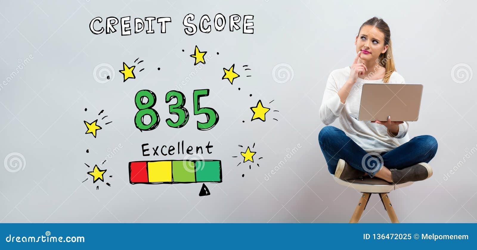 Excellent thème de score de crédit avec la jeune femme à l aide de son ordinateur portable
