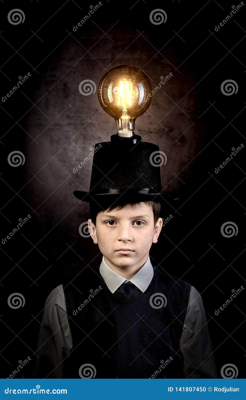 Excellente idée, enfant avec l ampoule d edison au-dessus de sa tête