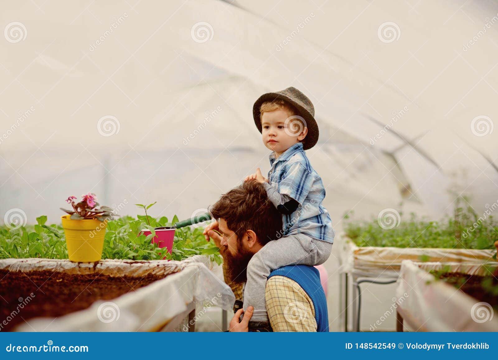 Excepto a terra tentativa do pai e do filho salvo a terra Excepto o conceito da terra salvar a terra com sua fam?lia