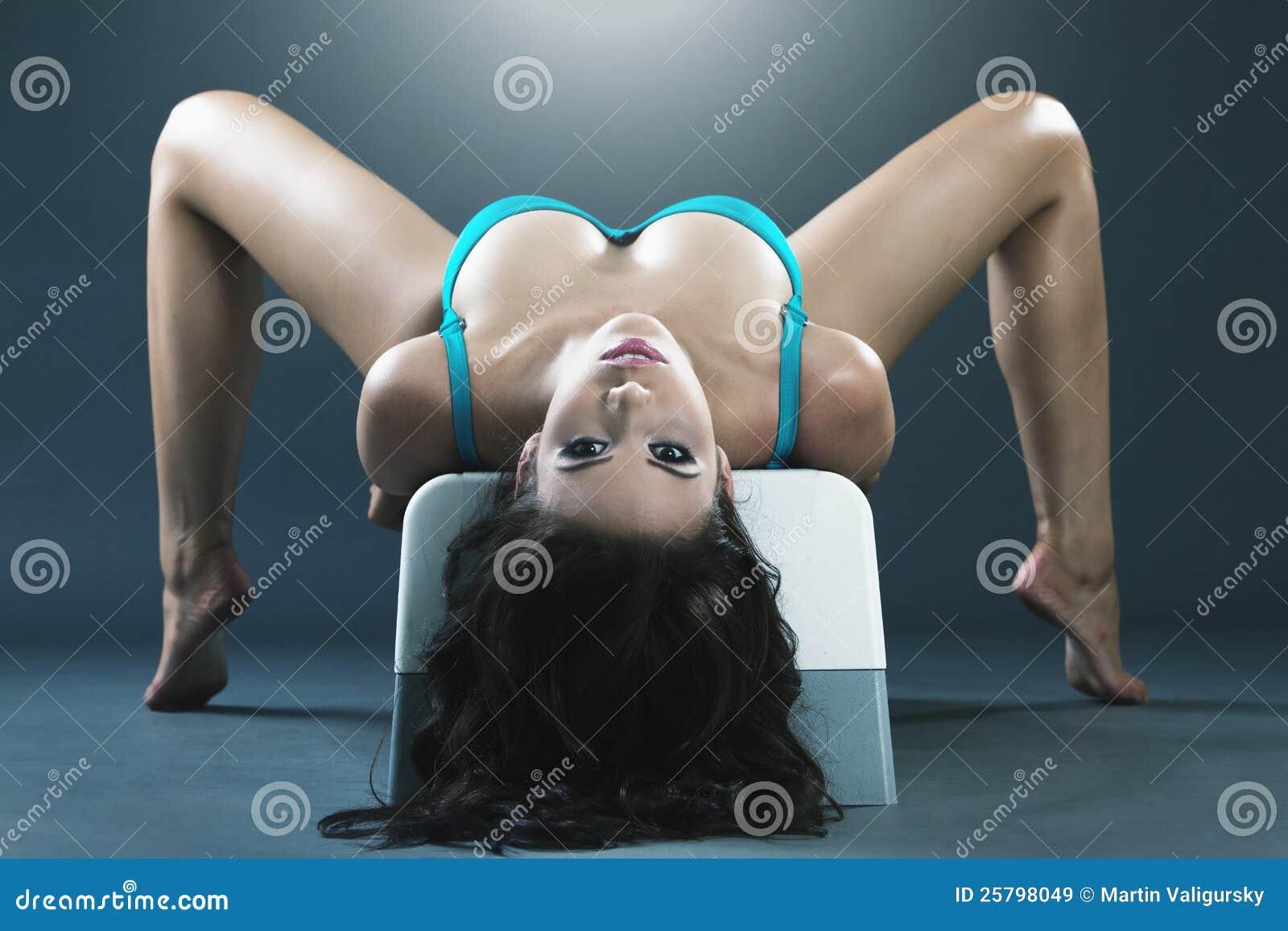 Excercising在长凳的新华美的妇女