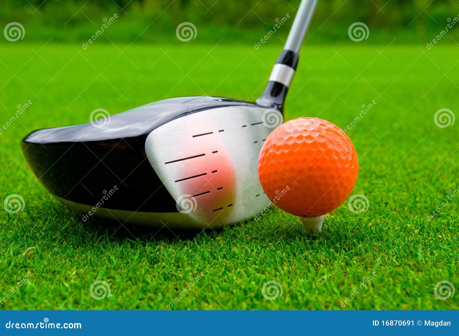 Excitador do golfe com esfera alaranjada.