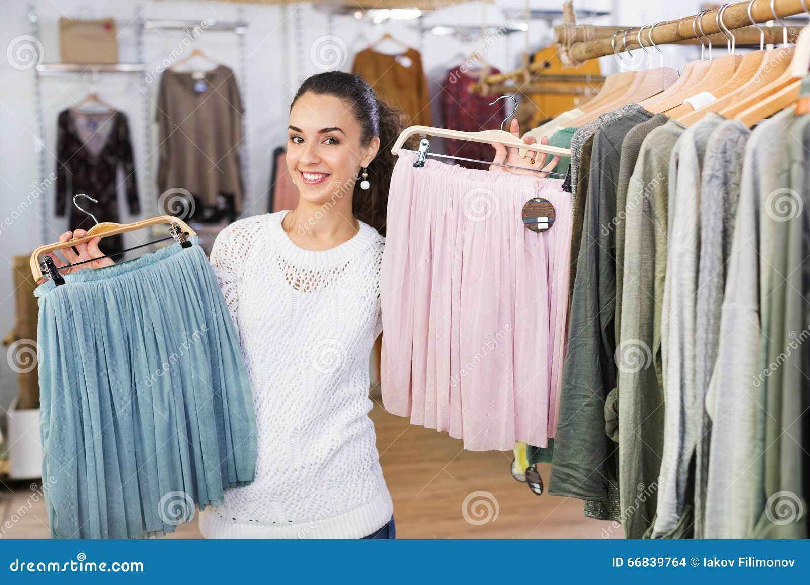Excited юбки покупок молодой женщины