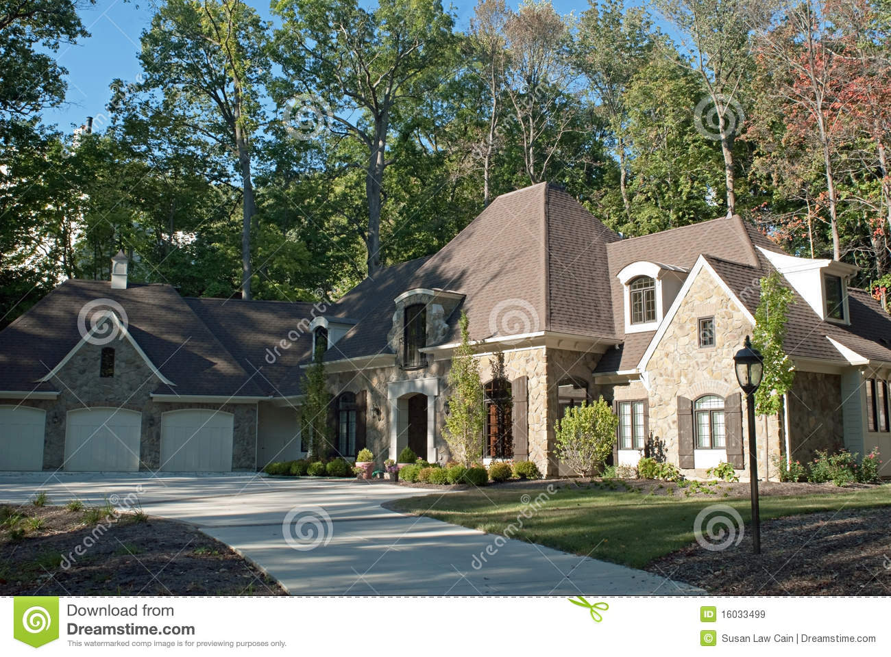 Exclusive House In Woods