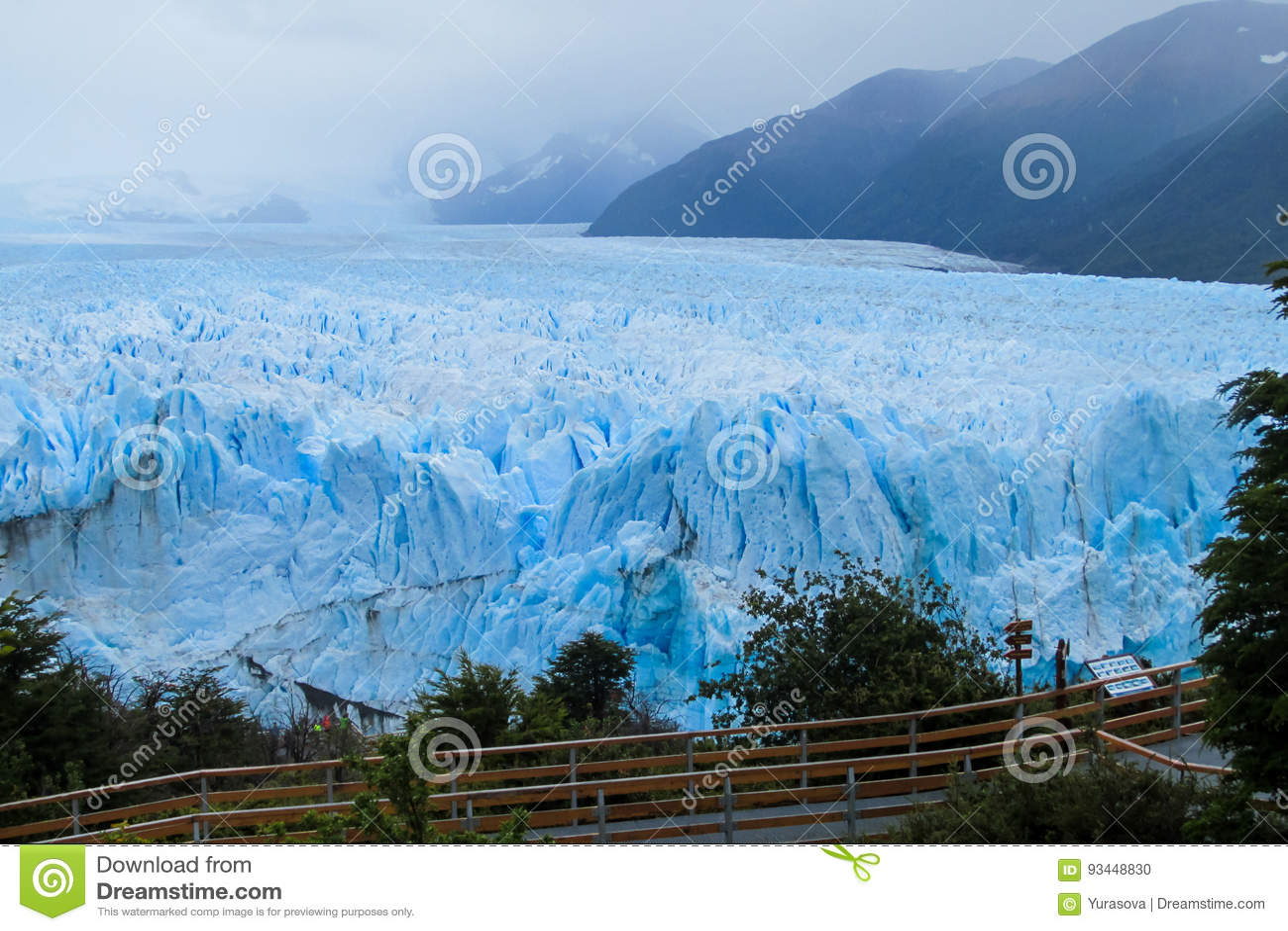 Excursiebrug bij gletsjer Perito Moreno in Patagonië, Argentinië