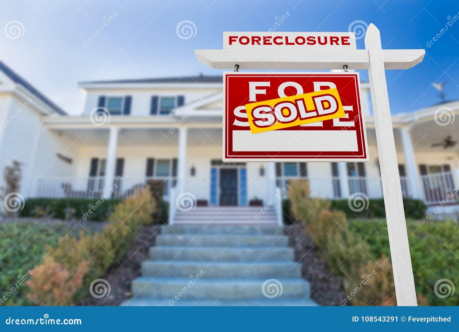 Execução duma hipoteca esquerda do revestimento vendida para o sinal de Real Estate da venda na frente da casa