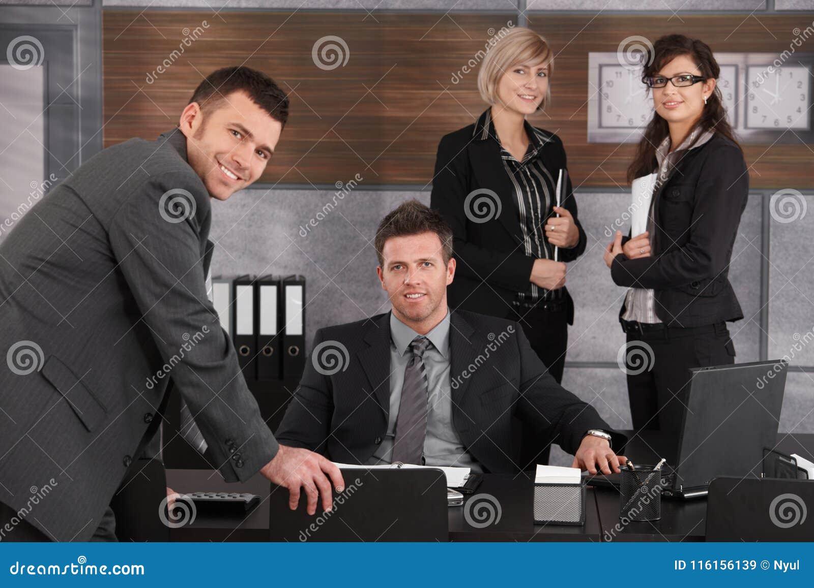 Executivo empresarial com equipe ao redor