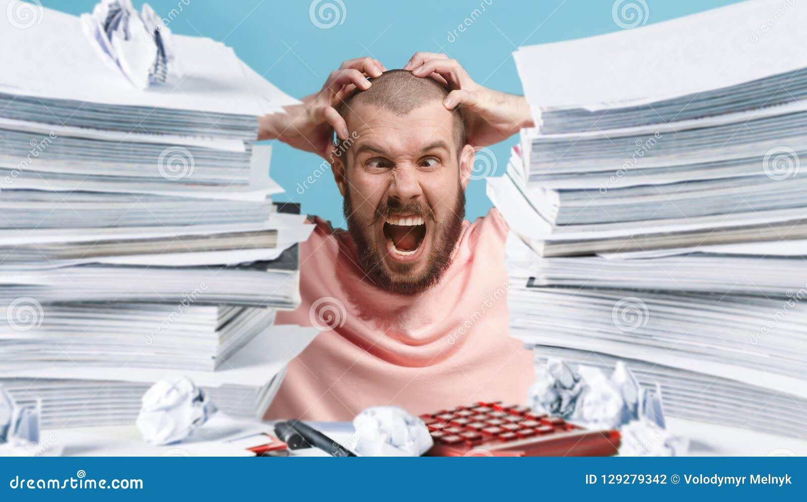 Executivo oprimido frustrante que trabalha no escritório e sobrecarregado com o documento