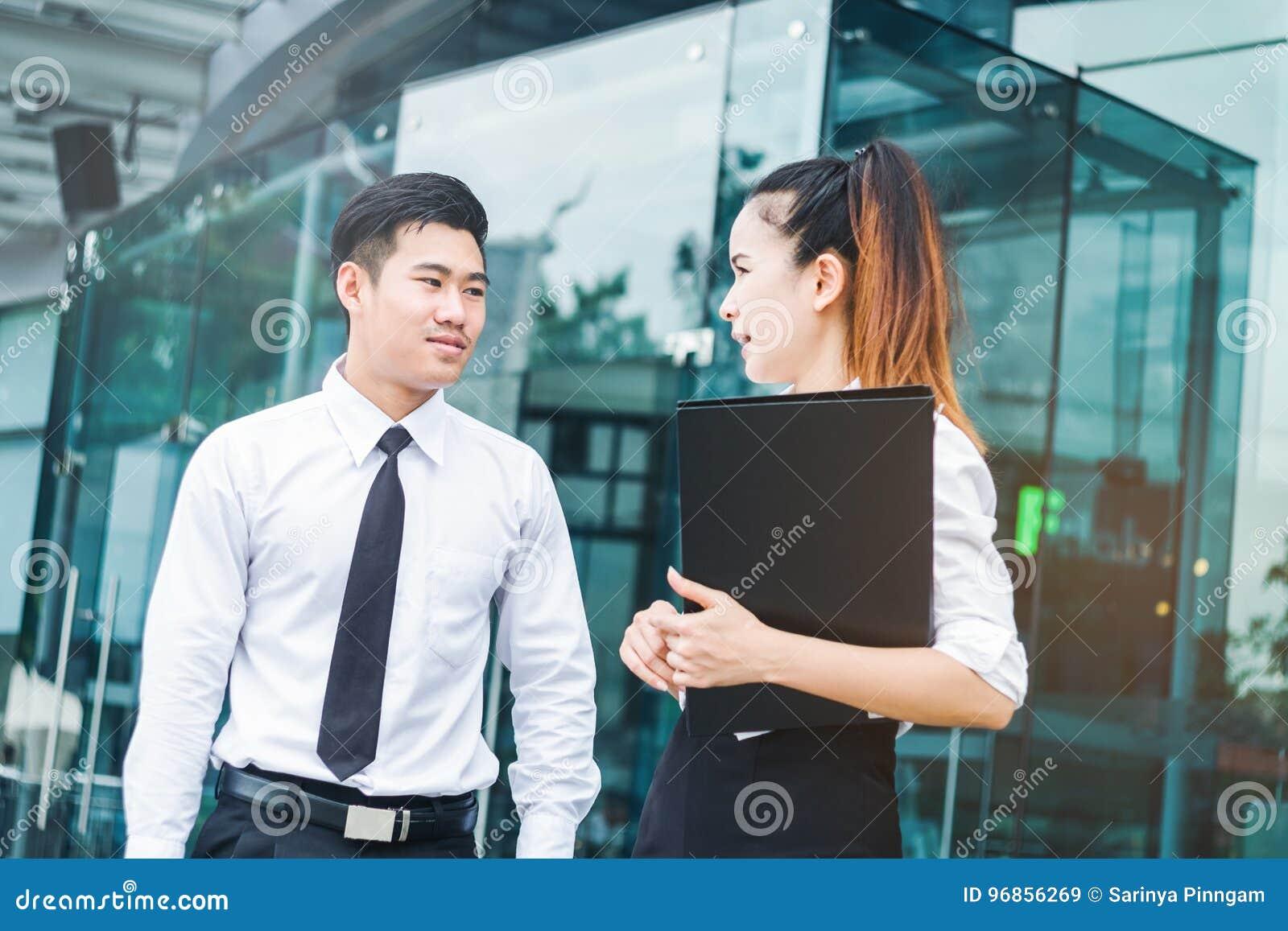 Executivos asiáticos que falam fora do escritório após o trabalho