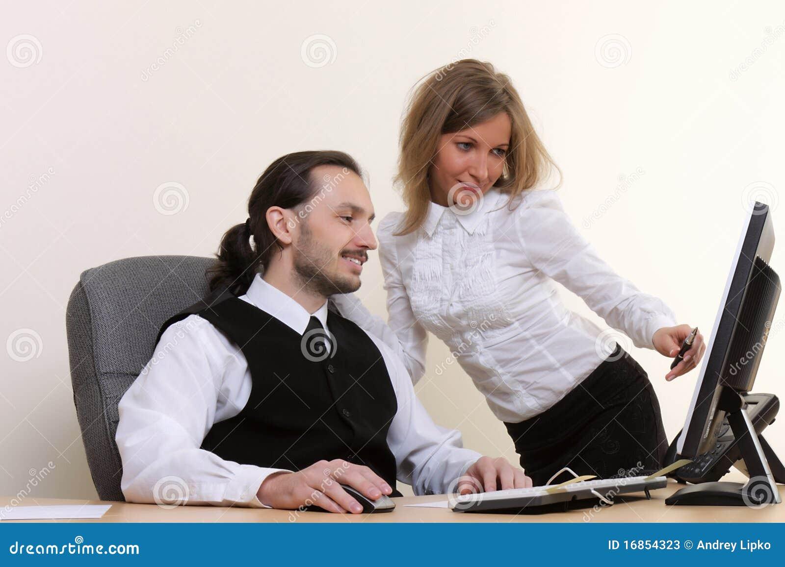 Executivos bem sucedidos novos que trabalham no escritório