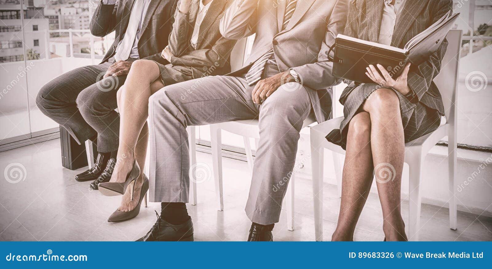 Executivos bem vestidos que esperam para ser chamado para a entrevista
