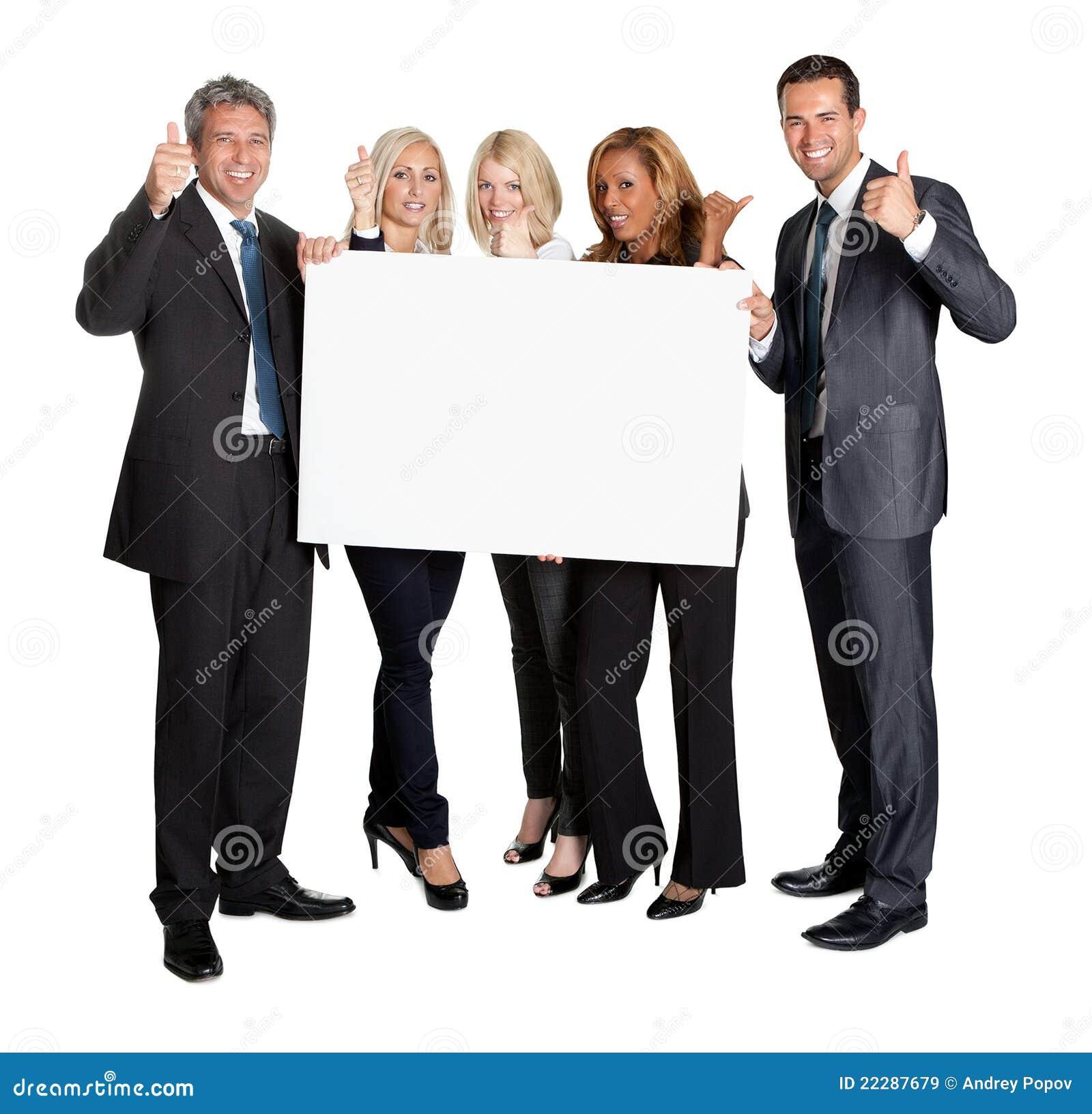 Executivos com os polegares acima da placa do espaço em branco da terra arrendada