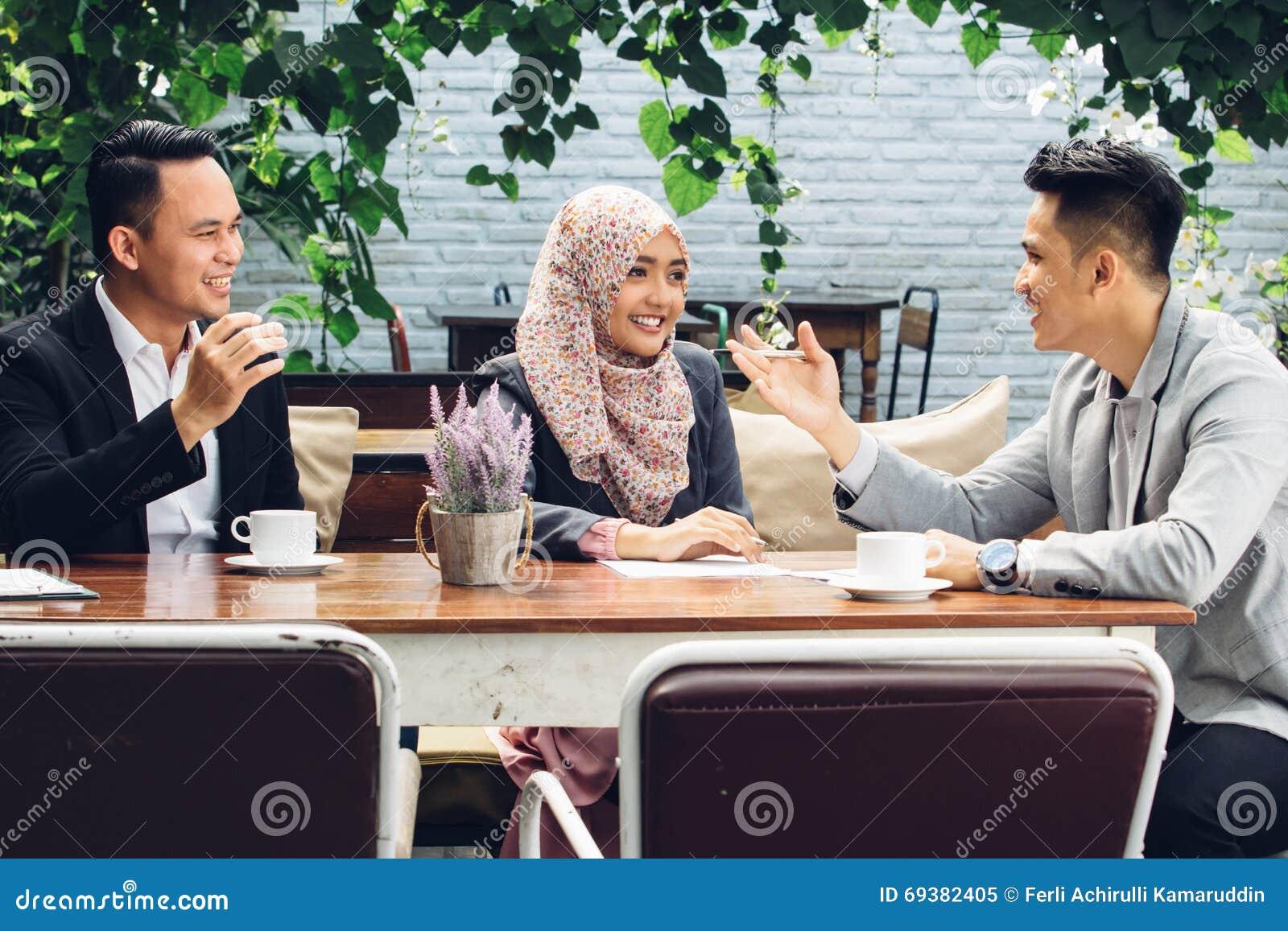 Executivos da reunião dos trabalhos de equipa no café