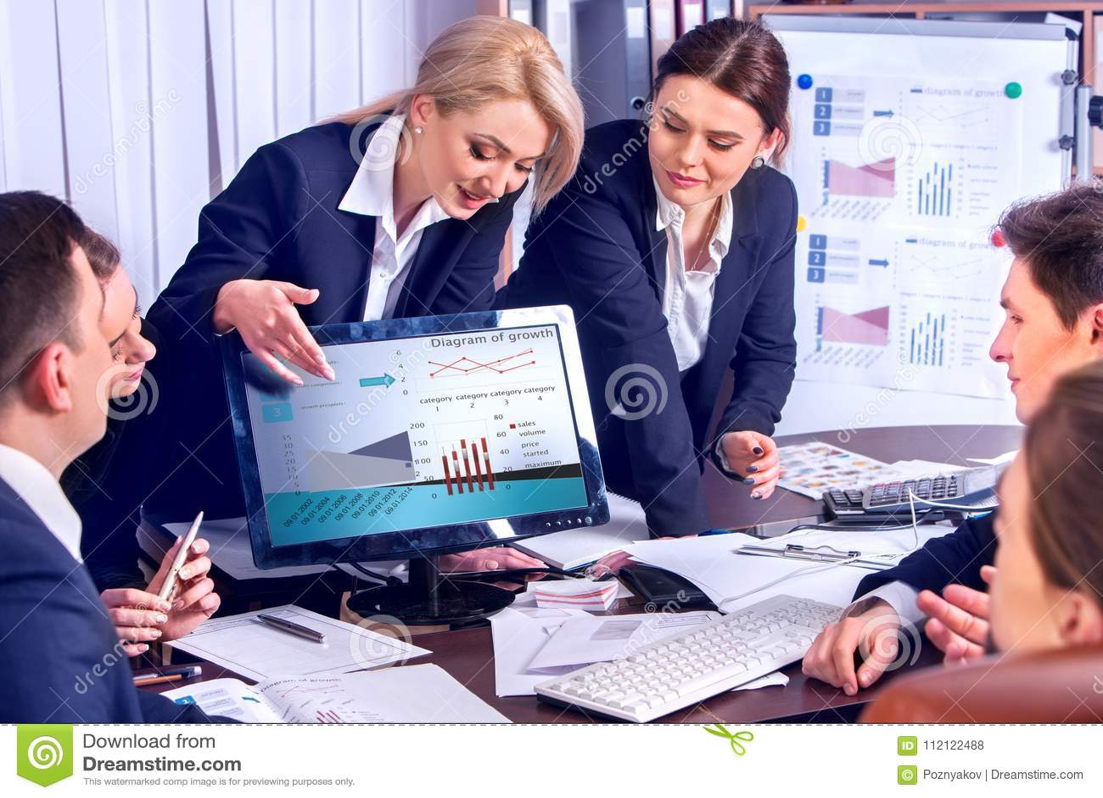 Executivos da vida do escritório dos povos da equipe que trabalham com papéis