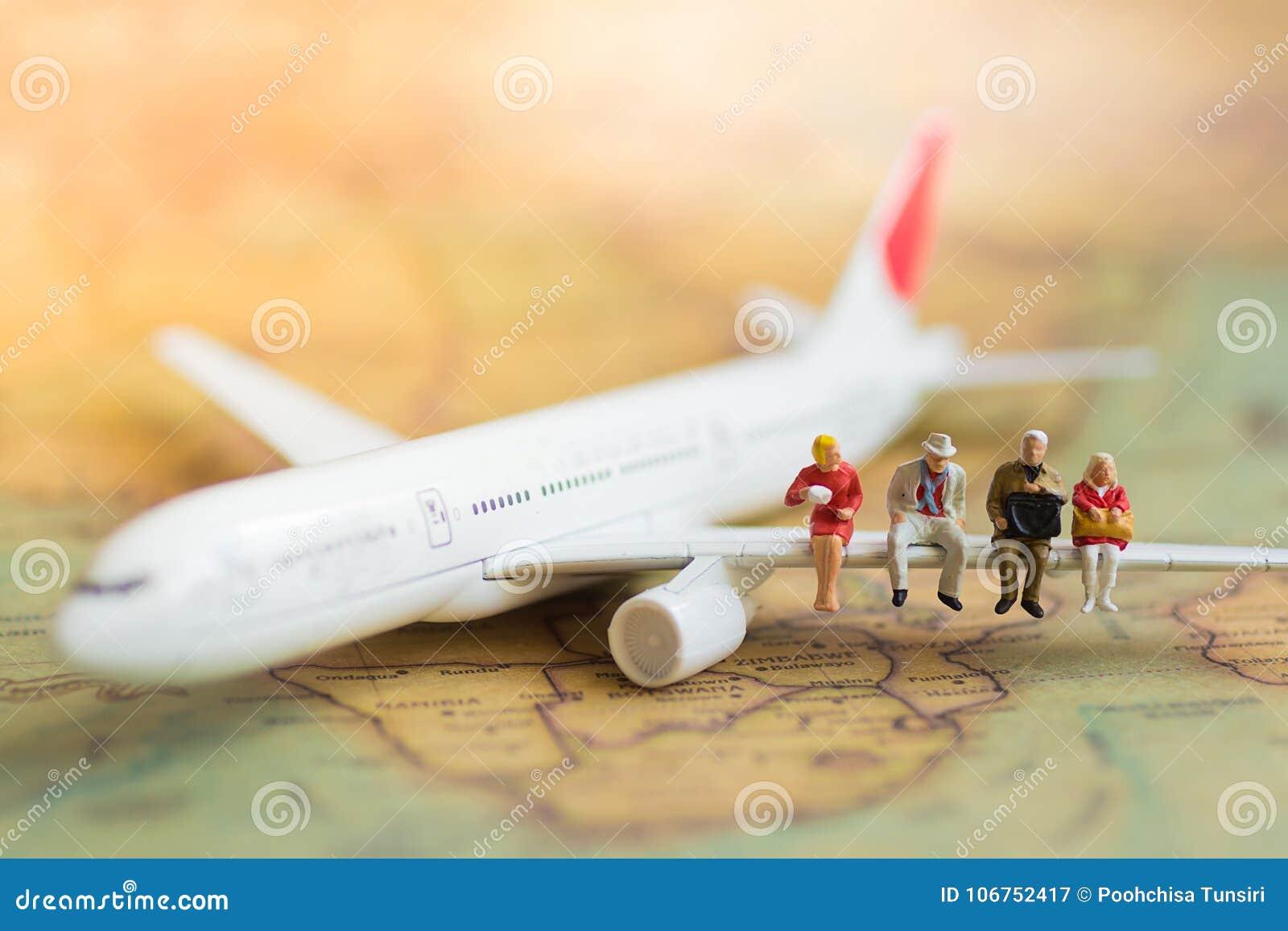 Executivos diminutos: os negócios team o avião de espera com espaço da cópia para o curso em todo o mundo, curso da viagem de neg