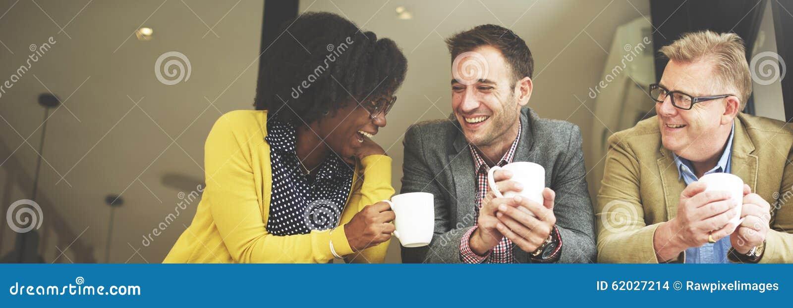 Executivos do grupo que conversam o conceito da ruptura de café
