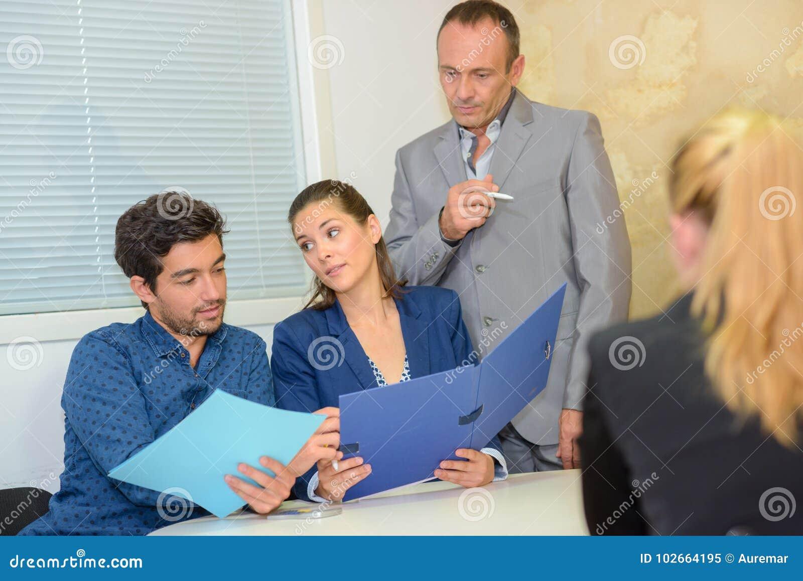 Executivos do grupo que endereçam a reunião do escritório