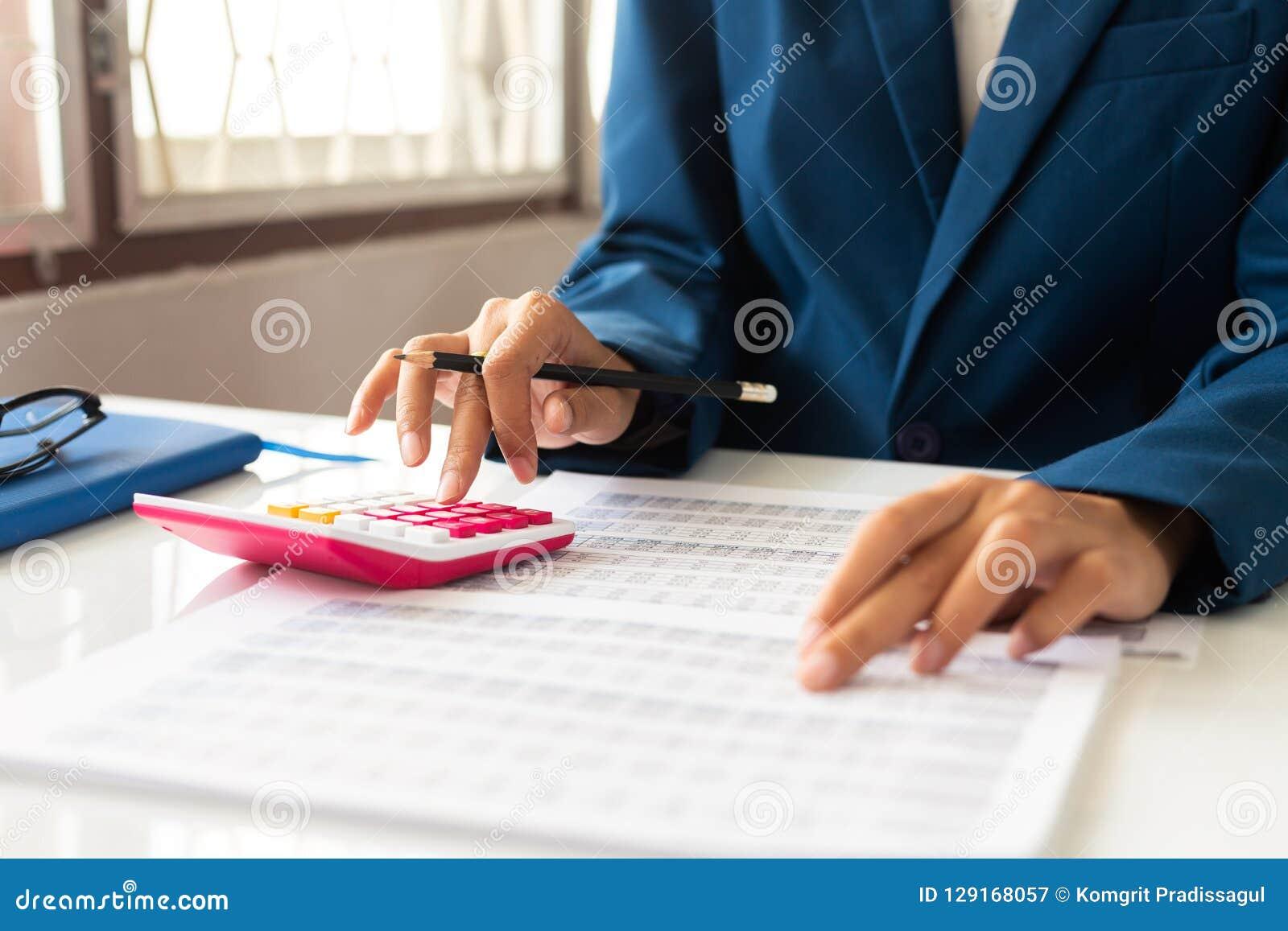 Executivos do relatório financeiro, calculando o equilíbrio Preste servi?os de manuten??o a verificar o original