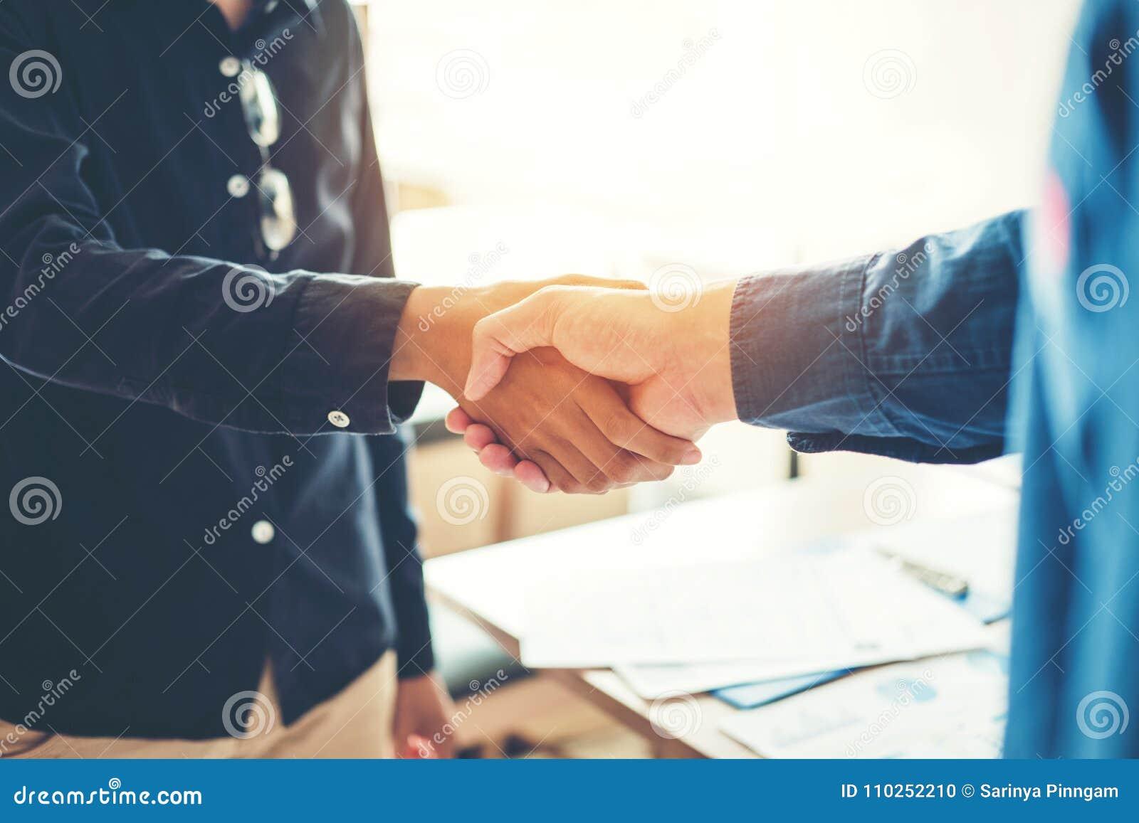 Executivos dos colegas que agitam as mãos que encontram Strate planeando