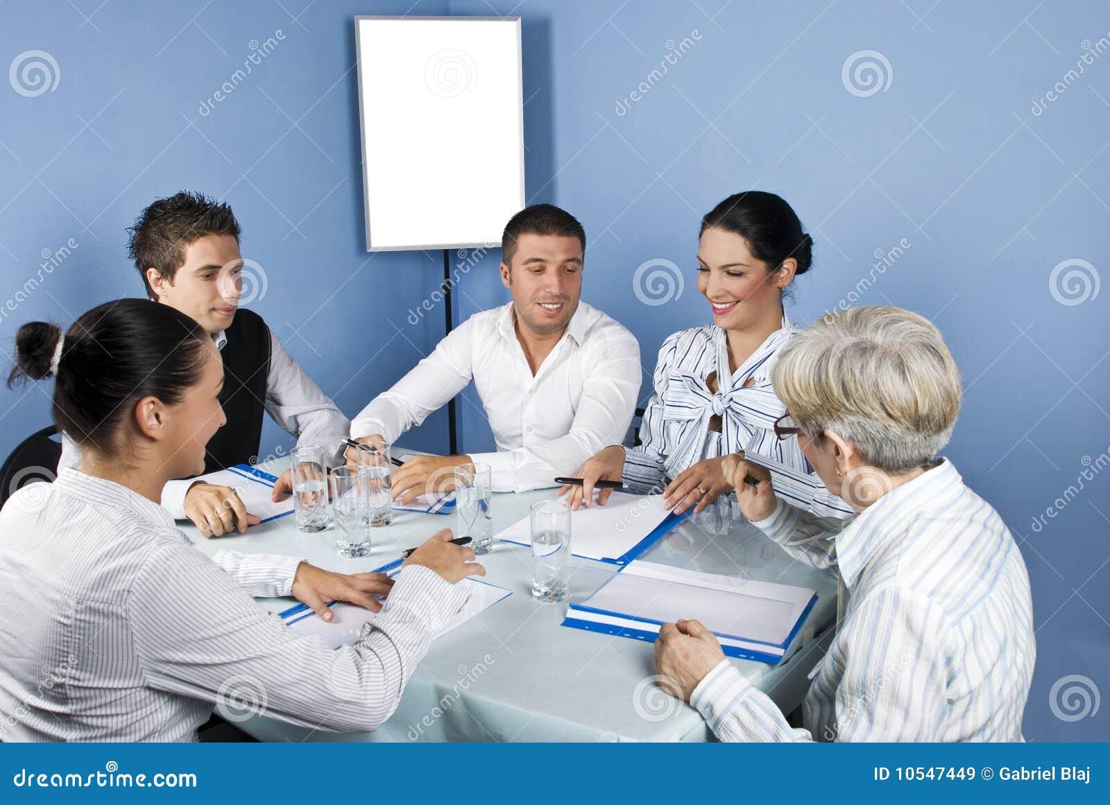 Executivos em torno de uma tabela na reunião