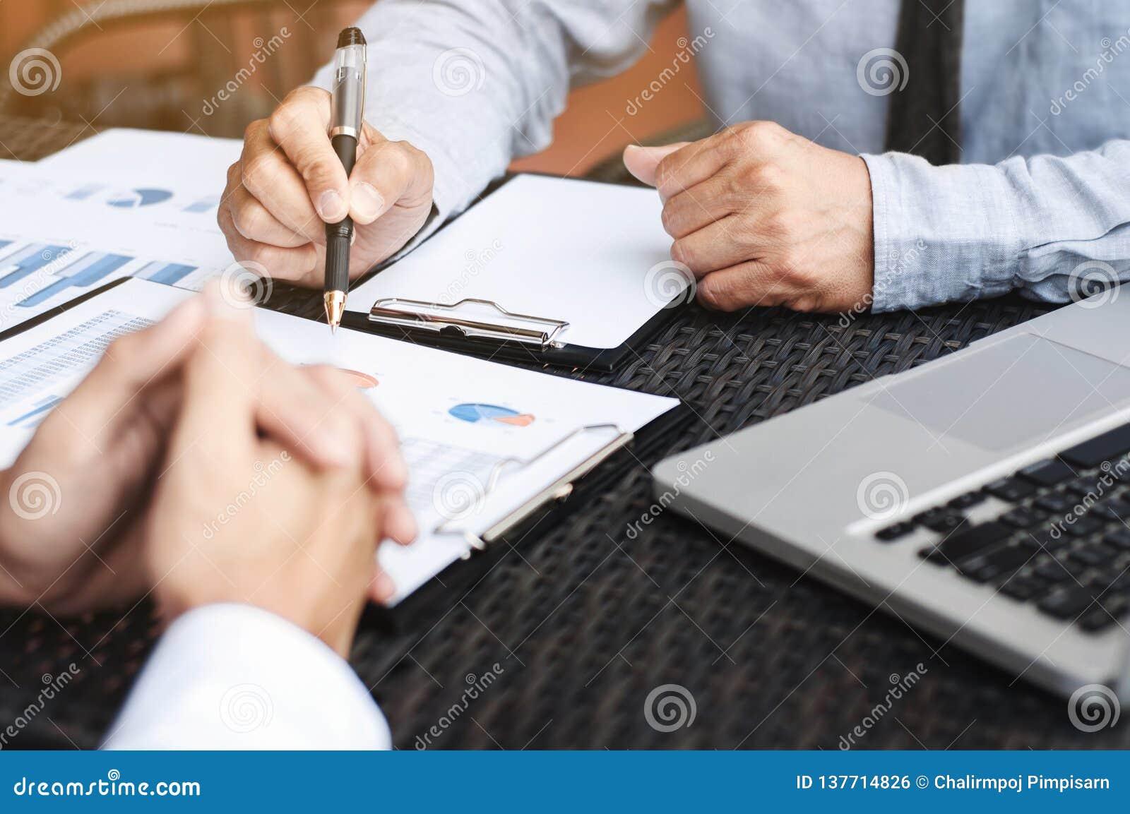Executivos empresariais que discutem sobre o desempenho de vendas em um local de trabalho exterior moderno