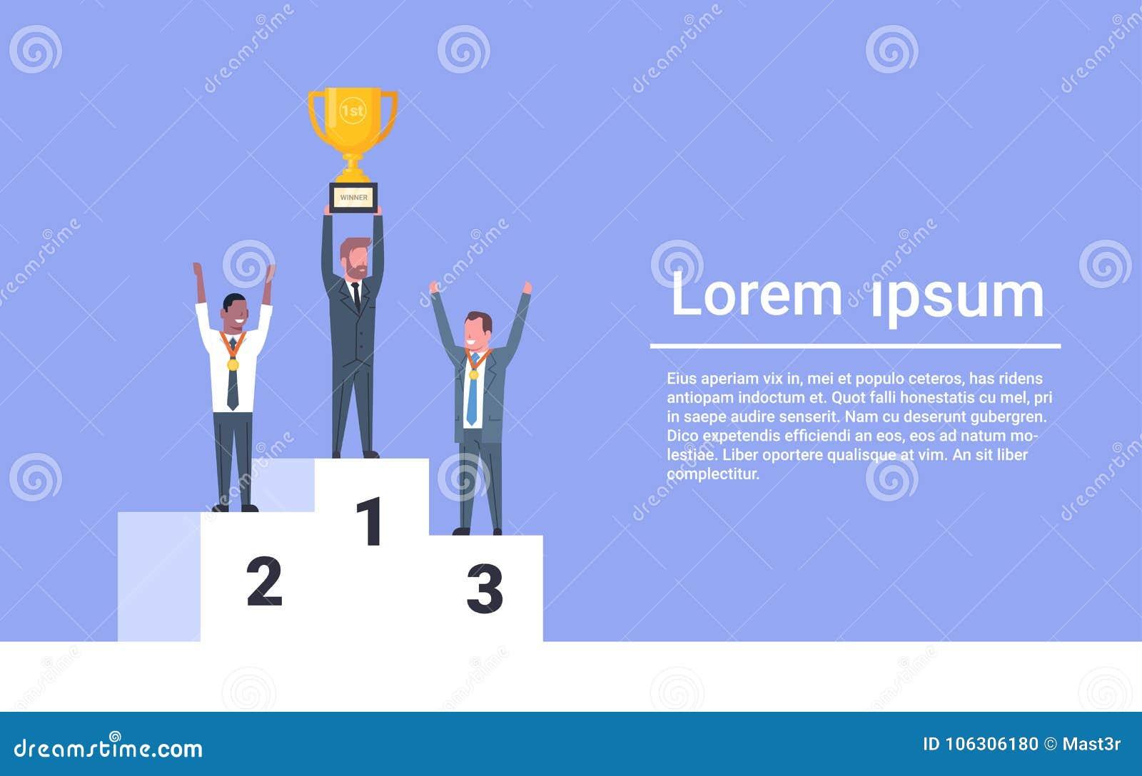 Executivos felizes que estão no conceito incorporado do sucesso de Holding Golden Cup do líder do homem de negócios do pódio dos
