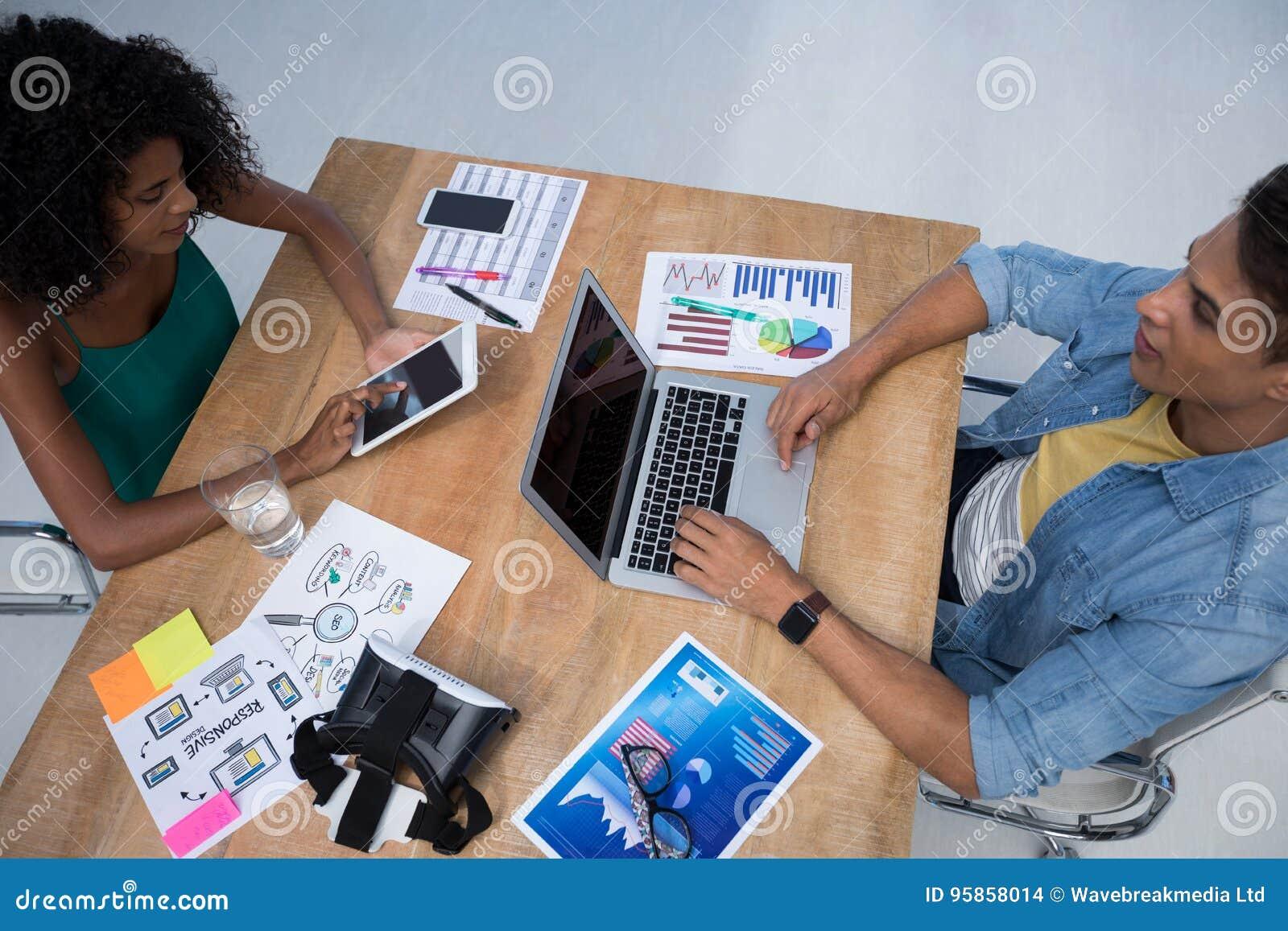Executivos masculinos e fêmeas que trabalham no escritório
