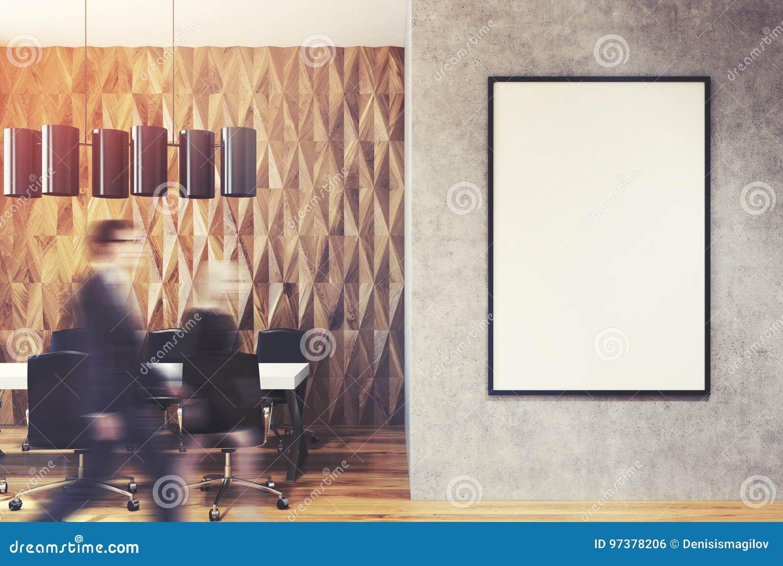 Executivos na entrada do escritório, parede do diamante
