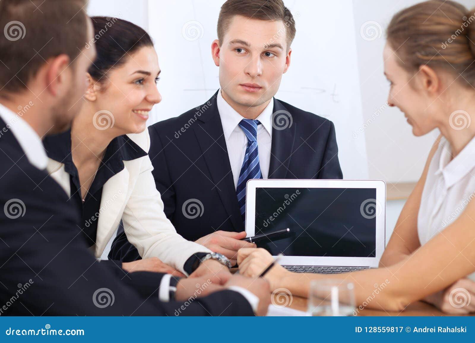 Executivos na reunião no fundo do escritório Negociação bem sucedida da equipe ou dos advogados do negócio