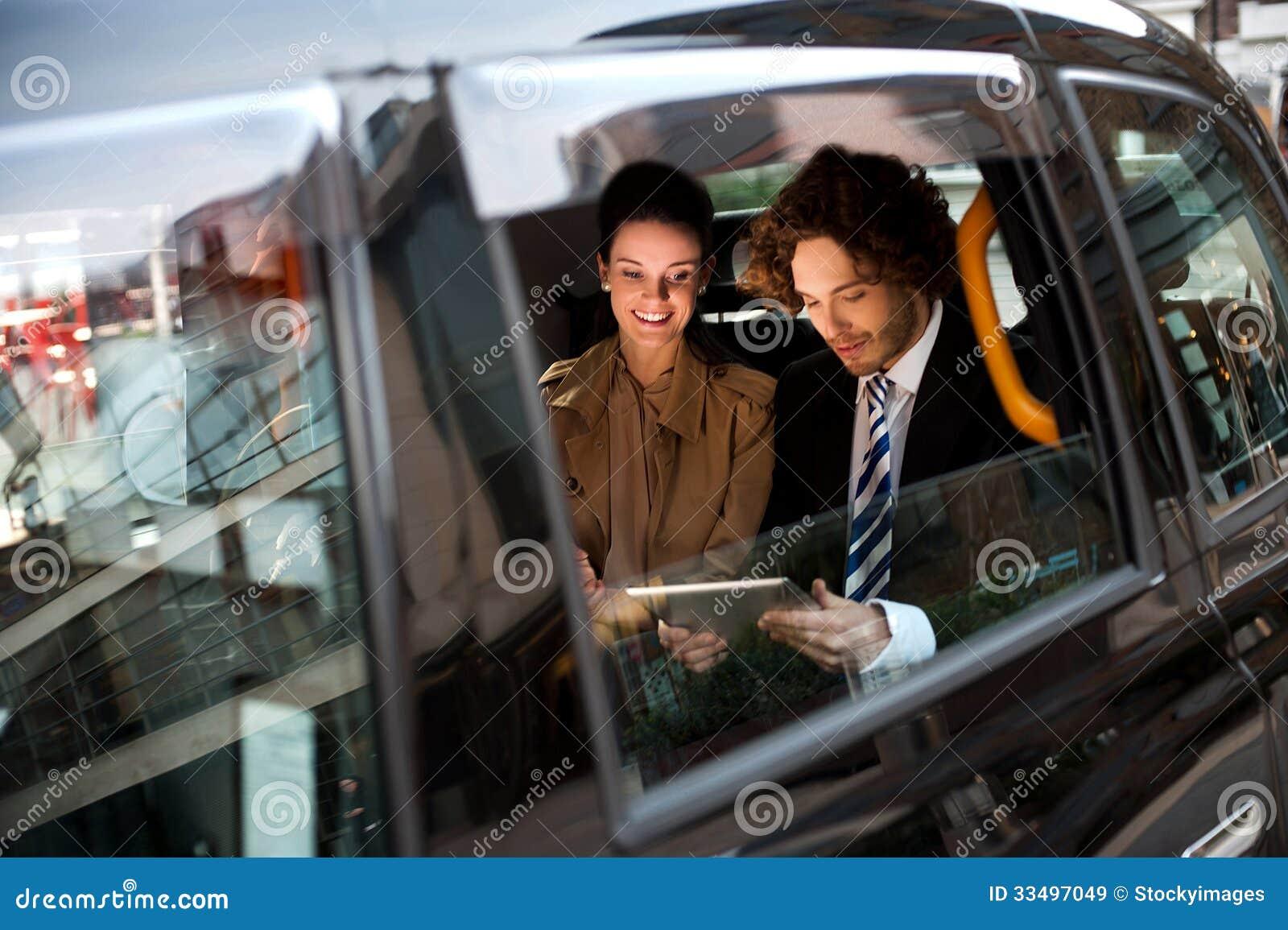 Executivos no táxi de táxi