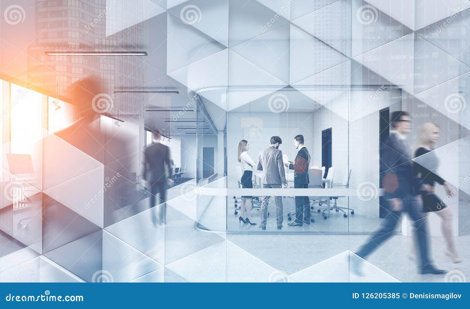 Executivos no teste padrão geométrico do escritório moderno