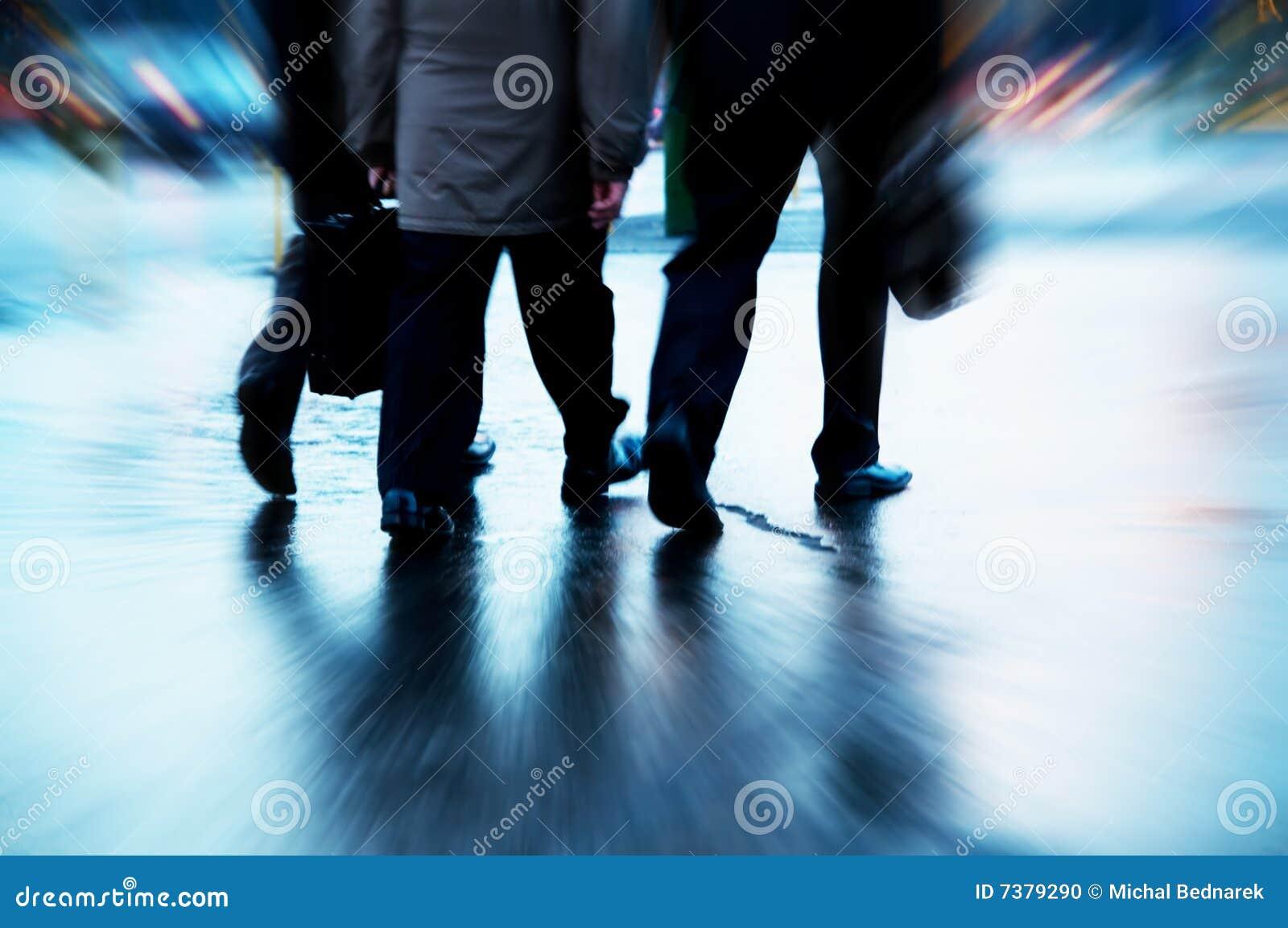 Executivos ocupados do passeio