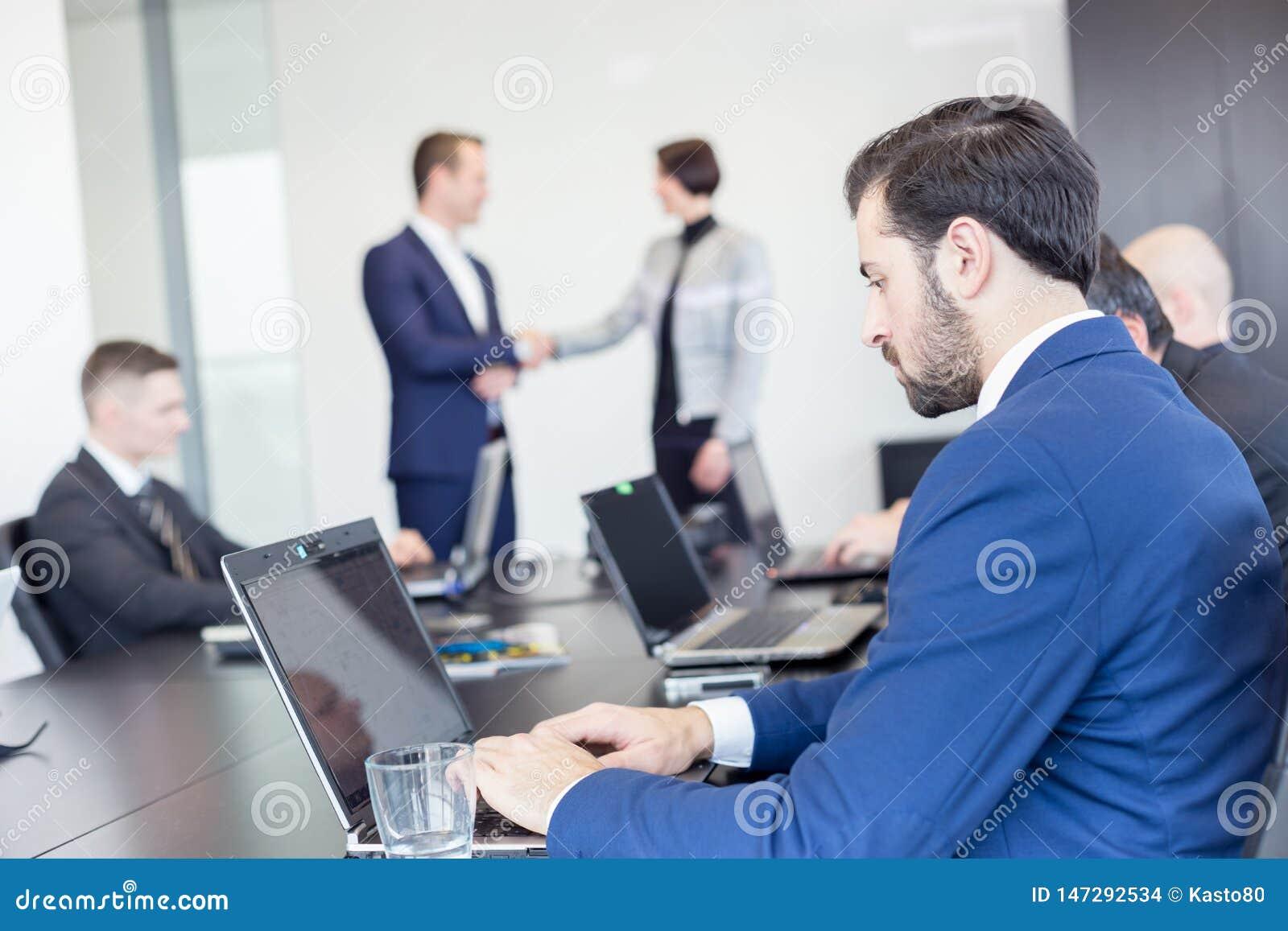 Executivos que agitam as m?os no escrit?rio empresarial do moder