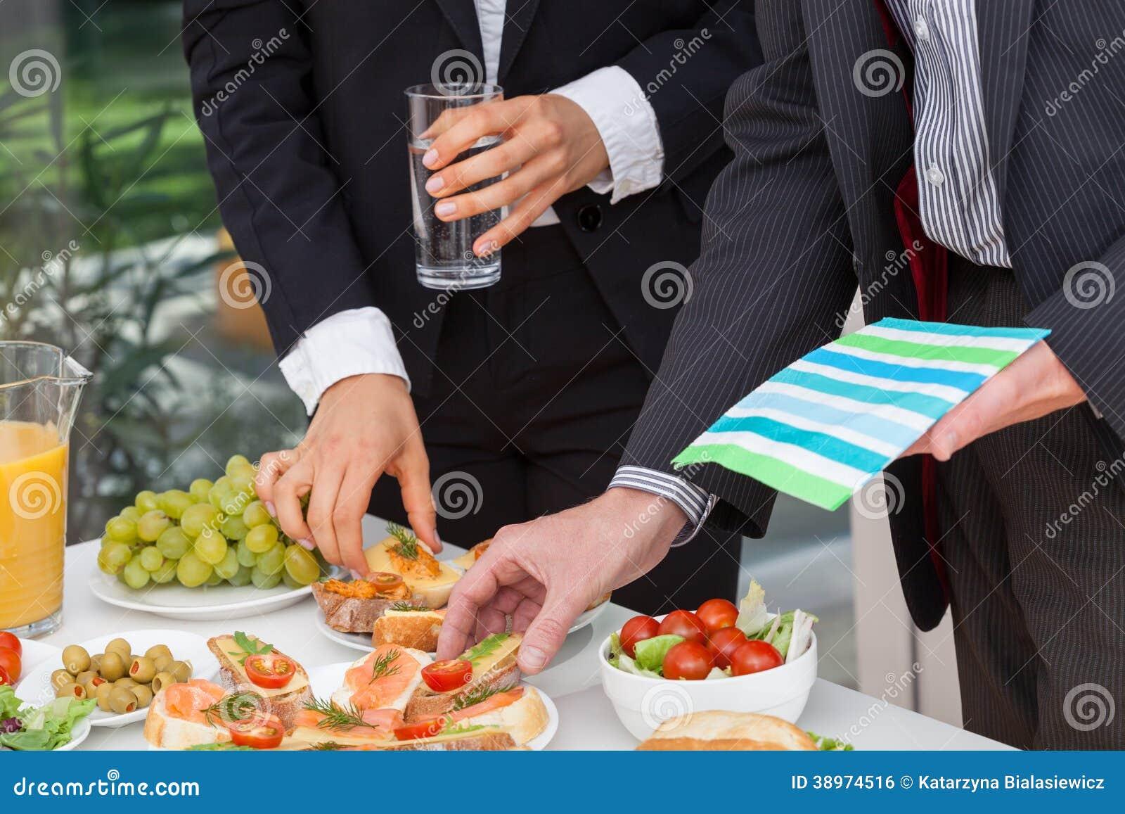 Executivos que comem o almoço