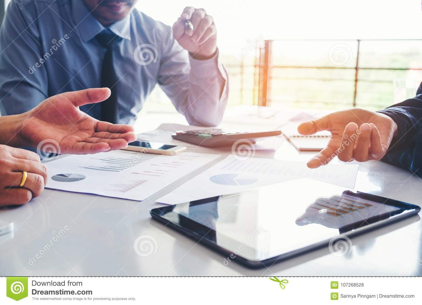 Executivos que encontram a análise da estratégia do planeamento no busine novo