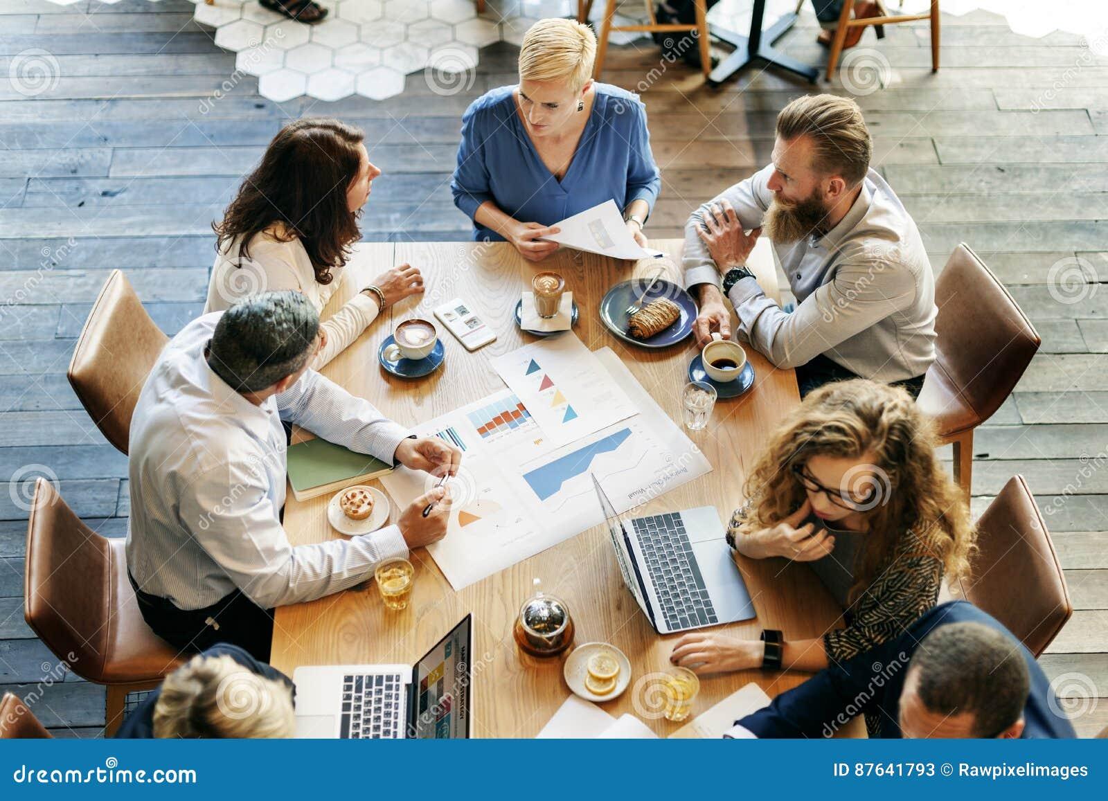 Executivos que encontram o conceito do planeamento do gráfico da análise de dados