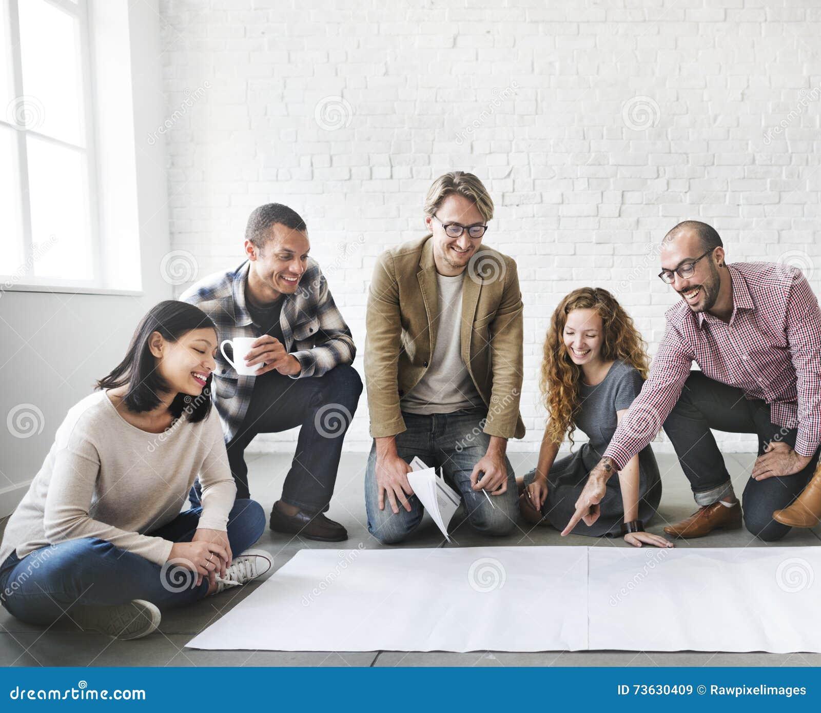 Executivos que encontram o espaço da cópia da sessão de reflexão da discussão concentrado
