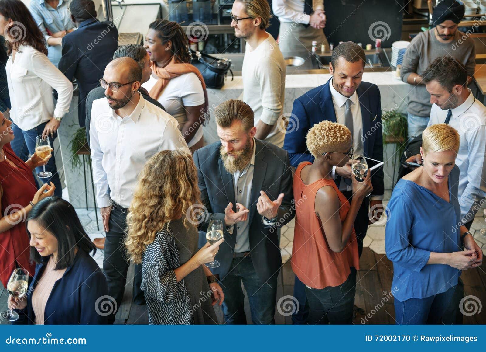 Executivos que encontram-se comendo o conceito do partido da culinária da discussão