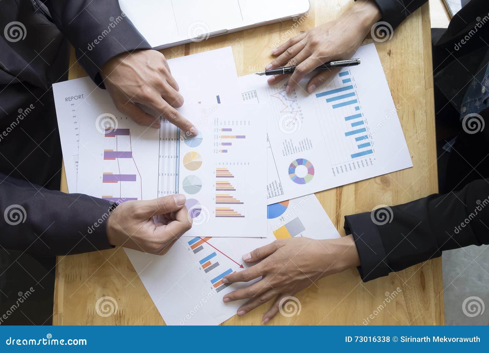 Executivos que encontram-se para discutir a situação